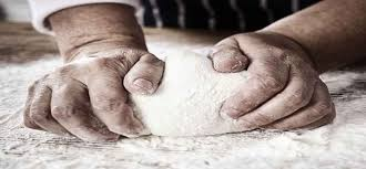 mani che impastano con amore